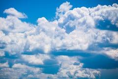 Nuages blancs sur le ciel bleu lumineux Photo libre de droits