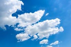 Nuages blancs sur le ciel bleu lumineux Photographie stock libre de droits