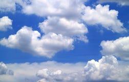 Nuages blancs sur le ciel bleu vif le jour ensoleillé images stock