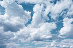Nuages blancs sur le fond bleu-foncé de ciel Photos libres de droits