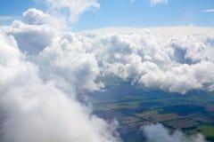 Nuages blancs sur le fond de ciel bleu au-dessus de la terre verte, cumulus hauts en cieux, belle vue nuageuse de paysage de l'av photo stock