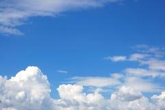 Nuages blancs sur un ciel bleu Photos stock