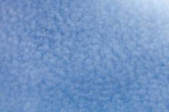 Nuages blancs sur un ciel bleu Foyer sélectif Photo stock
