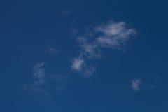 Nuages blancs sur un ciel bleu Foyer sélectif photo libre de droits