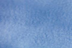 Nuages blancs sur un ciel bleu Foyer sélectif images libres de droits
