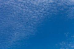 Nuages blancs sur un ciel bleu Foyer sélectif photos libres de droits