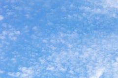 Nuages blancs sur un ciel bleu Foyer sélectif photos stock