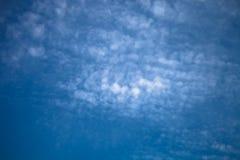Nuages blancs sur un ciel bleu Foyer sélectif toned Photos libres de droits
