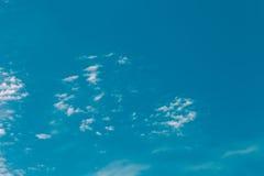 Nuages blancs sur un ciel bleu Foyer sélectif toned Photo libre de droits