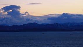 Nuages bleus au-dessus de la mer Photographie stock libre de droits