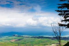 Nuages bleus au-dessus des terres siciliennes vertes au printemps Images libres de droits