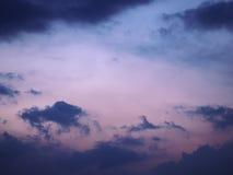 Nuages bleus et roses de fond brouillé par ciel Photos libres de droits