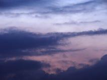 Nuages bleus et roses de fond brouillé par ciel Image stock