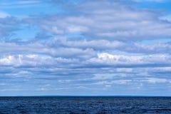 Nuages, bord de mer vide Photographie stock