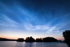 Nuages brillants de nuit au-dessus de lac Image stock