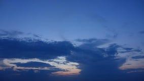 Nuages changeants de coucher du soleil au-dessus de l'Océan Atlantique banque de vidéos