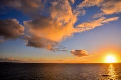 Nuages colorés au coucher du soleil Image libre de droits
