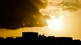Nuages colorés au coucher du soleil image stock