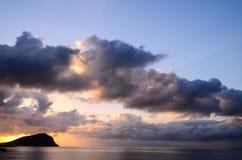 Nuages colorés au coucher du soleil Photographie stock