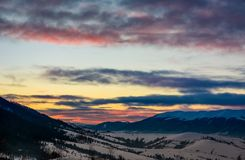 Nuages colorés magnifiques au-dessus de l'arête de montagne image libre de droits