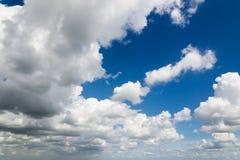 Nuages contrastants sur le ciel bleu Images libres de droits