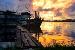 Nuages contre le coucher du soleil Photographie stock libre de droits