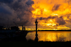 Nuages contre le coucher du soleil Photos libres de droits