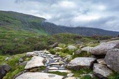 Nuages couvrant les montagnes de Snowdonia au-dessus de la voie de PYG - 1 Photographie stock