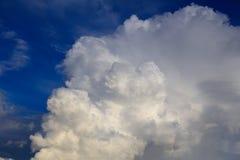 Nuages crémeux blancs dans le ciel comme fond photo libre de droits