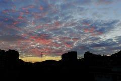 Nuages cramoisis au lever de soleil Photographie stock