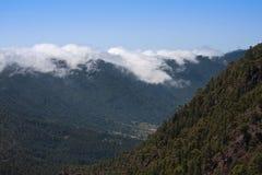 Nuages croulants au-dessus d'une arête de montagne Photos libres de droits