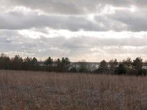 nuages déprimés d'horizon au-dessus de champ de ferme d'automne Photos stock