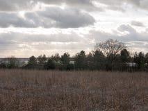 nuages déprimés d'horizon au-dessus de champ de ferme d'automne Images stock