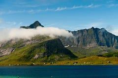 Nuages dérivant au-dessus de Lofoten Photos libres de droits