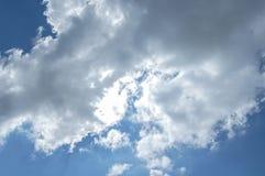 Nuages d'éclairage sur le ciel Images stock