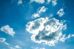 Nuages d'éclairage sur le ciel Images libres de droits