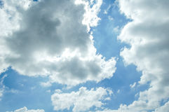 Nuages d'éclairage sur le ciel Photo stock