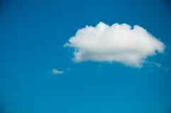 Nuages d'été sur le ciel bleu Photographie stock