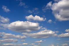 Nuages d'annonce de ciel photo libre de droits