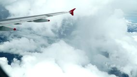 Nuages d'avion avec l'aile banque de vidéos