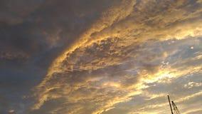 Nuages d'or dans le ciel photo stock
