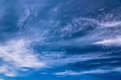 Nuages d'embruns sur le ciel bleu images libres de droits