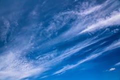 Nuages d'embruns sur le ciel bleu photographie stock