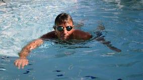 Nuages d'obscurité des Maldives d'océan d'homme de natation Photographie stock