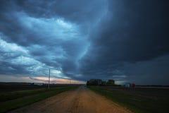 Nuages d'orage au-dessus des prairies Photographie stock libre de droits