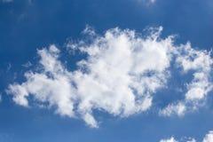 Nuages dans le bleu dans le ciel Photos stock