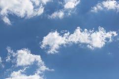 Nuages dans le bleu dans le ciel Photographie stock