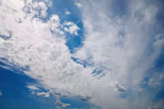 Nuages dans le ciel images stock