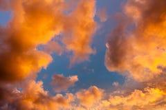Nuages dans le ciel au coucher du soleil Beau ciel à la soirée Photographie stock libre de droits