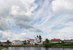 Nuages dans le ciel au-dessus du centre de la ville de Postavy Photographie stock libre de droits